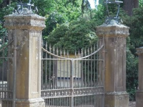 Image showing the historical gates at the Castlemaine Botanical Gardens