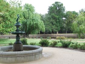 Image of the picturesque lake and fountain at the Castlemaine Botanical Gardens